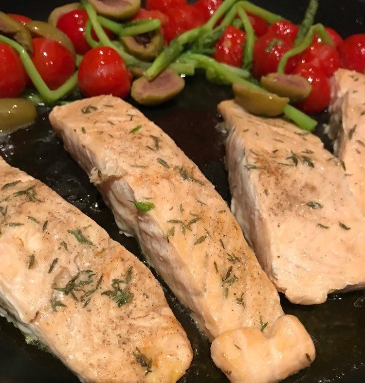 Zalm met warme olijven en tomaatjes